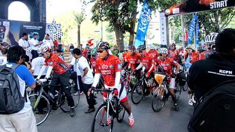 Peserta Tambora Bike dilepas dari Taman Sangkareang, Mataram, Nusa Tenggra Barat, Kamis (9/4). Etape pertama Mataram menuju Desa Utan, Sumbawa sejauh 160 kilometer. Kompas/Lucky Pransiska (UKI) 09-04-2015 *** Local Caption *** Peserta Tambora Bike dilepas dari Taman Sangkareang, Mataram, Nusa Tenggra Barat, Kamis (9/4). Etape pertama Mataram menuju Desa Utan, Sumbawa sejauh 160 kilometer. Kompas/Lucky Pransiska (UKI) 09-04-2015